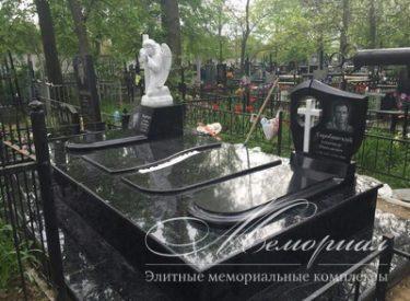 Мраморный ангел в ритуальном комплексе на несколько захоронений (г. Львов)