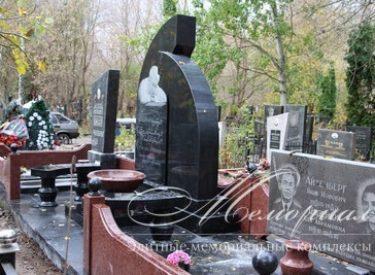 Ексклюзивний гранітний пам'ятник, який об'єднав сімейні поховання в меморіальну композицію (м.Київ)